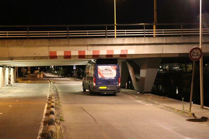 Een busje heeft zich gisteravond klemgereden onder het viaduct van Het Zandpad in Utrecht