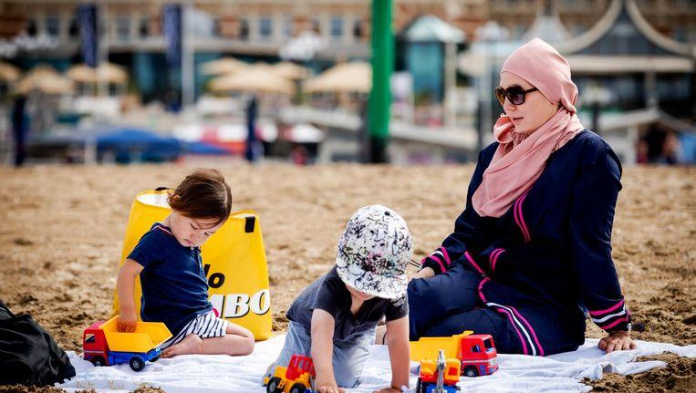 Een moslima in boerkini aan het strand. Beeld ANP