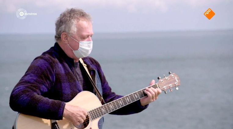 Harrie Jekkers zingt mét mondkapje op de veerboot naar Terschelling. Beeld Avrotros