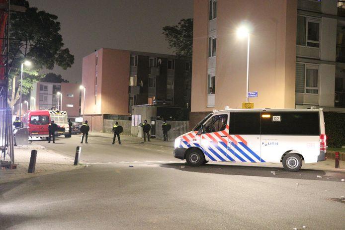 De ME en politie vegen het deel van Kanaleneiland waar de rellen vanavond plaatsvonden, schoon.