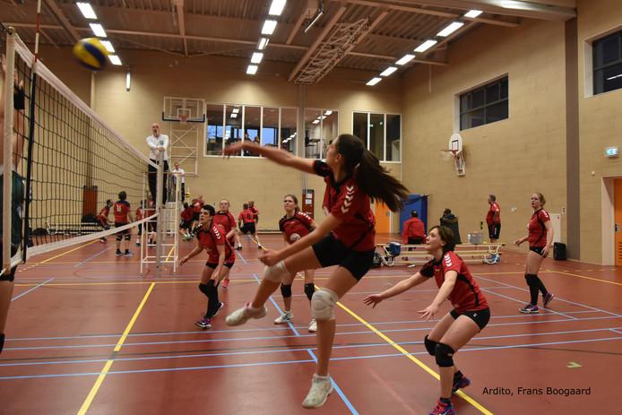 Ardito (rode shirts) in de aanval tegen Spirit. De Souburgse ploeg won met 3-1.