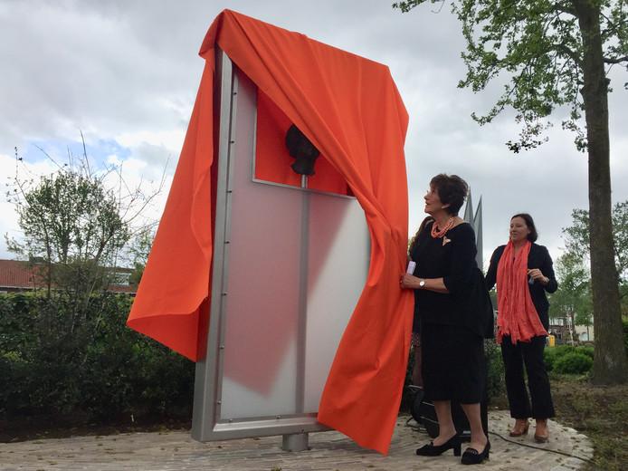 Oud-burgemeester Machteld Rijsdorp onthult in Goirle het kunstwerk met daarin het hoofd van Prinses Beatrix.