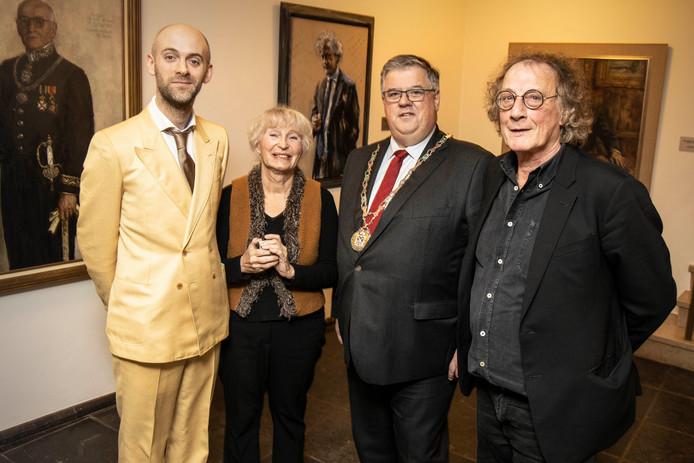Burgemeester Bruls met zijn 'hofschrijvers' Jaap Robben, Tessa de Loo en Thomas Verbogt.
