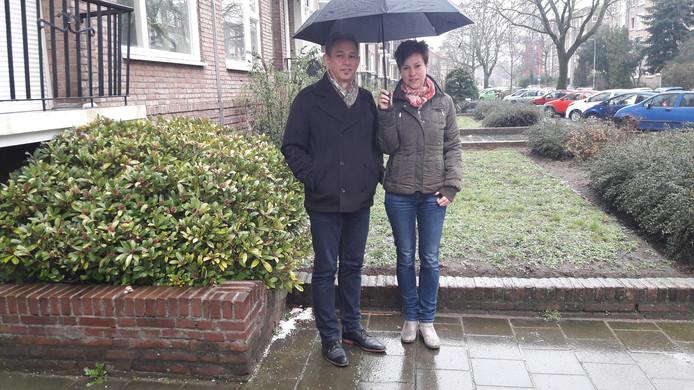 In de straat van Hans Slijp (l) en Judith Schraa regent het piepschuim door de sloop van het ING-gebouw. De witte korrels liggen verspreid over stoepen en grasperken, zoals links op de plek waar Slijp staat.