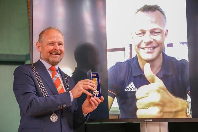 De Oldenzaalse burgemeester Patrick Welman feliciteerde in april via een Skype-verbinding Björn Kuipers met zijn benoeming tot Officier in de Orde van Oranje-Nassau.
