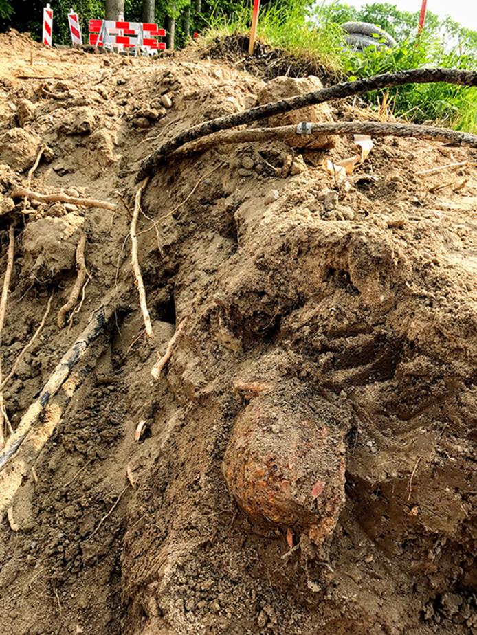 De locatie waar het stoffelijk overschot is aangetroffen. Te zien zijn de Duitse helm (rechtsonder) en (daarnaast en daarboven) de kabels van het bestaande tracé.