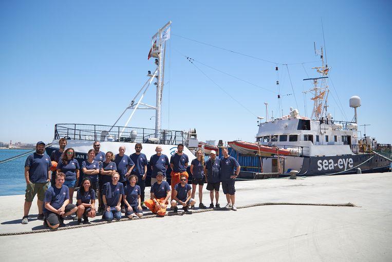 De Alan Kurdi en een aantal vrijwilligers van de ngo Sea-Eye in juli in de haven van Borriana in Spanje. Beeld SEA-EYE