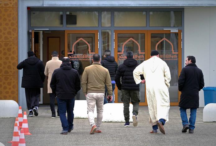 In de Bergse El Feth moskee kwamen honderden mensen bijeen voor de uitvaartdienst voor de twee jonge verkeersslachtoffers.