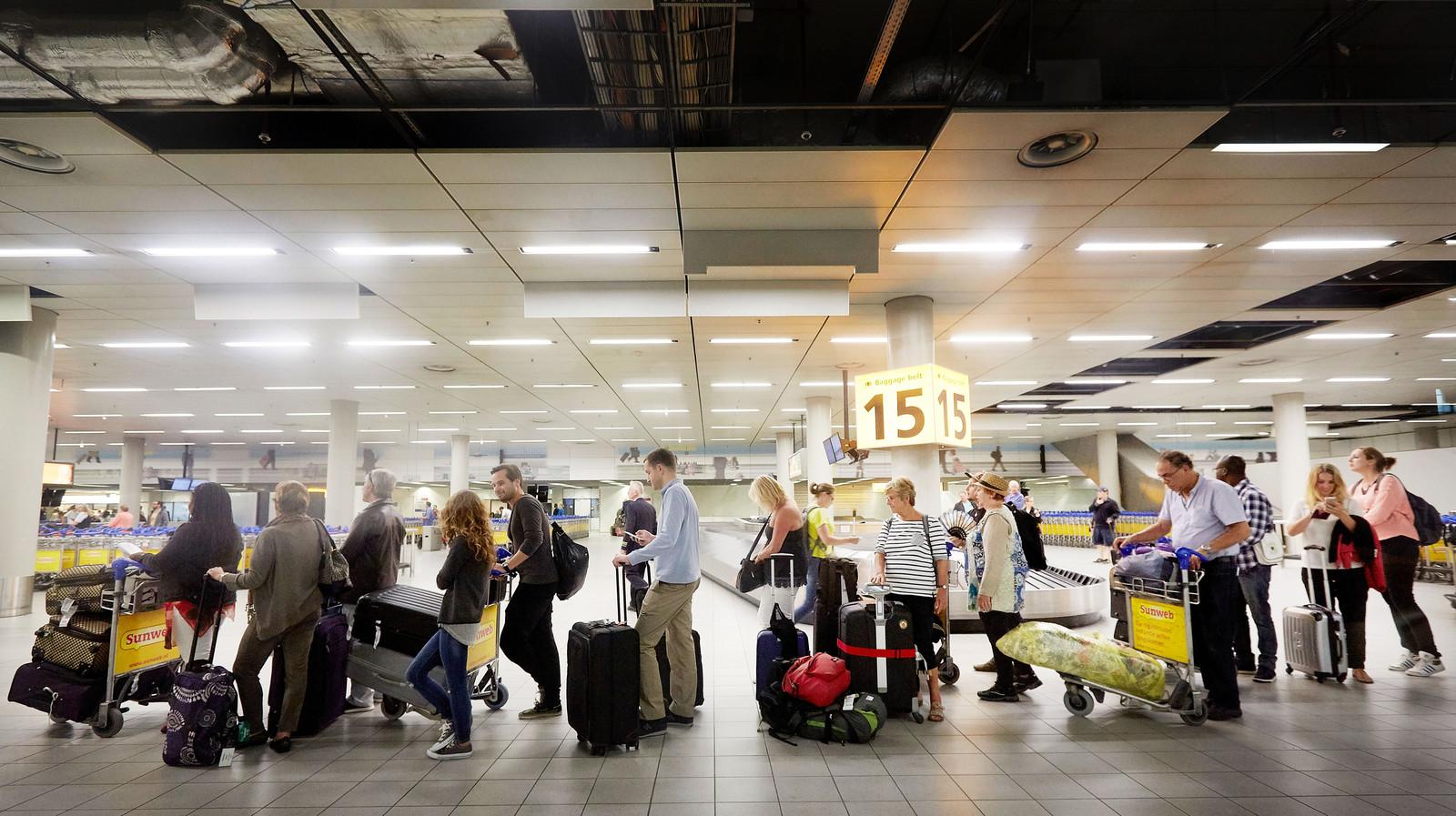 Reizigers op luchthaven Schiphol. Foto ter illustratie.