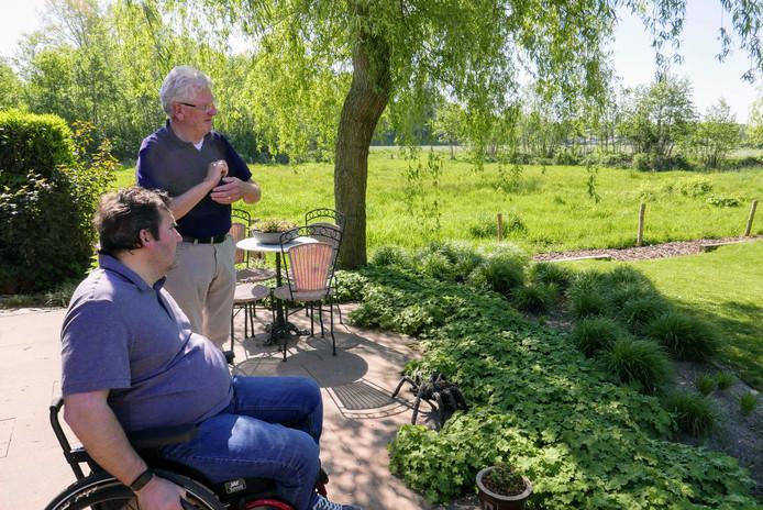 Esch moet zijn dorpse karakter houden, vinden Jos van Bragt (voor) en Adri Verbruggen van Platform Esch' Perspectief.