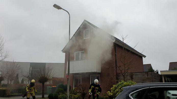 Rook komt uit het brandende huis in Hengelo.