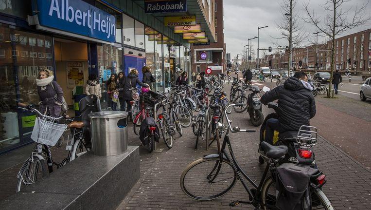De pesterijen kosten de winkeliers op IJburg niet alleen klanten. Ze vrezen ook dat de hangjongeren tot volwaardige criminelen zullen uitgroeien Beeld Marc Driessen