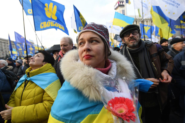 Betogers in Kiev roepen op zondag om een 'rode lijn' voor president Zelenski in zijn onderhandelingen met de Russische president Poetin.