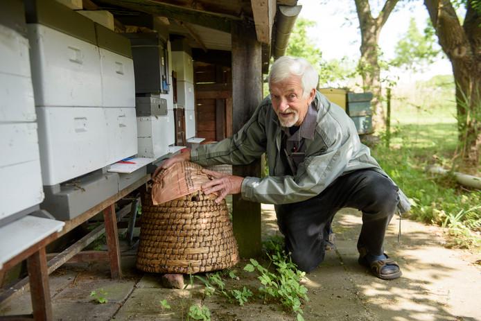 Imker Rinus Verhoeven vertelt alles over bijen houden in de bibliotheek in Geldrop.