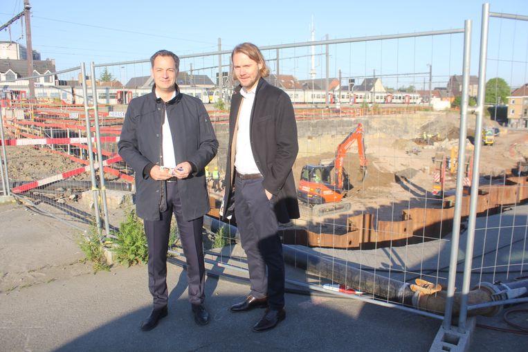 Alexander De Croo en Jean-Jacques De Gucht aan de werf op de pendelparking van Aalst waar een nieuw parkeergebouw wordt gezet.