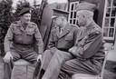 Sir Bernard L. Montgomery (links) praat met Dwight Eisenhouwer die later president van de Verenigde Staten werd. Montgomery schudde ook de hand van Thérèse van Gastel, zus van Ans van Feitz-van Gastel, toen de Canadeze hun hoofdkwartier hadden in het huis in de Hoofdstraat in Kaatsheuvel.