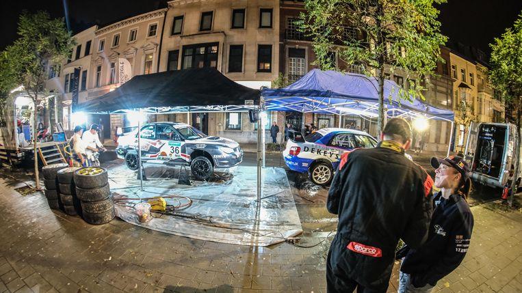 Het serviceteam in de Jan Palfijnstraat, recht voor de deur van Nele Tassaert.