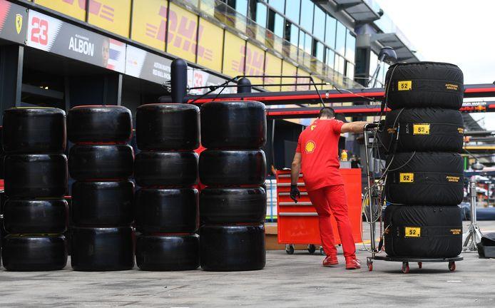 Ferrari werkt in de pitstraat aan de laatste voorbereidingen voor de GP van Australië.