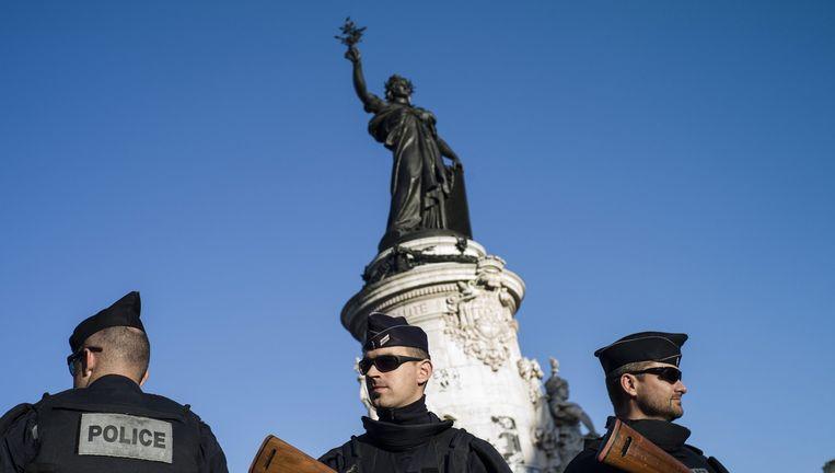 Gewapende politie bij het standbeeld op de Place de la Republique. Beeld epa