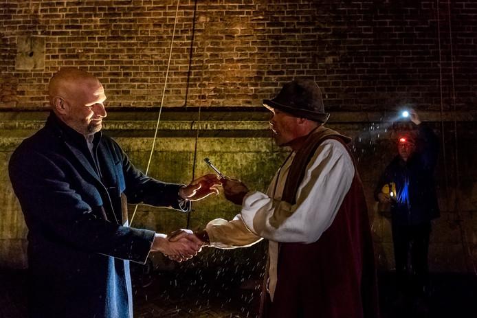 'Willem de Torenwachter' overhandigt de sleutel van de Domtoren aan wethouder Victor Everhardt van de gemeente Utrecht.