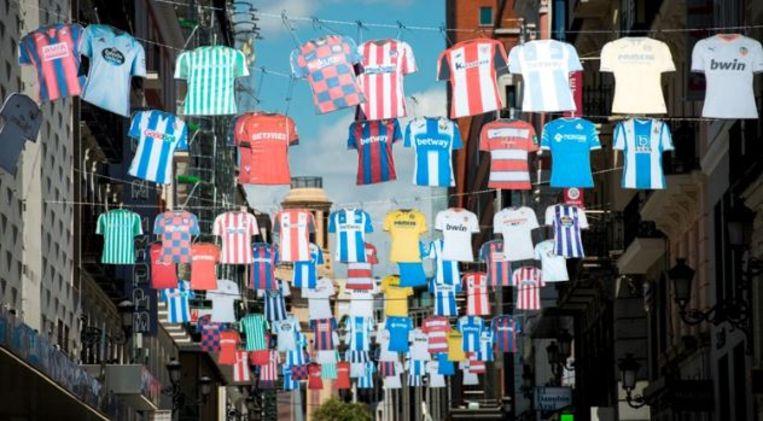 In verschillende Spaanse steden promoot La Liga de competitie met shirts van alle clubs in het straatbeeld.