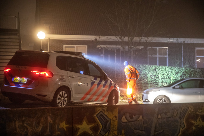 De politie verricht sporenonderzoek rond de Buitengasthuisstraat in de Zwolse wijk Kamperpoort, waar op oudejaarsavond de 52-jarige Henk W. werd doodgeschoten. W. is de vermeende spil in een omvangrijke drugs- en wapenzaak.