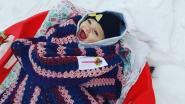 Baby Fey (7 maanden) haalt breedste glimlach boven op slee