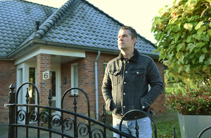 Victor Sikora voor zijn ouderlijk huis.