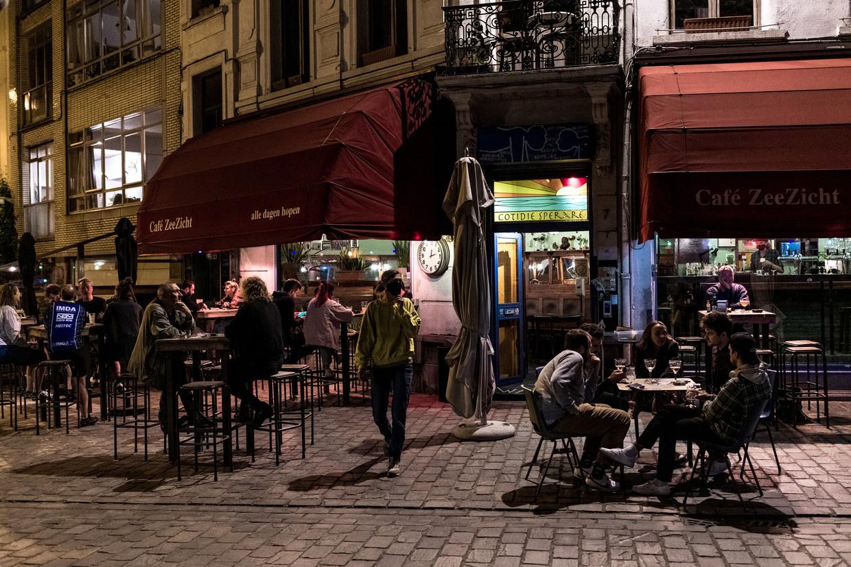 Dinsdagavond, 23 uur. Het terras van café Zeezicht zit vol. Als enige.