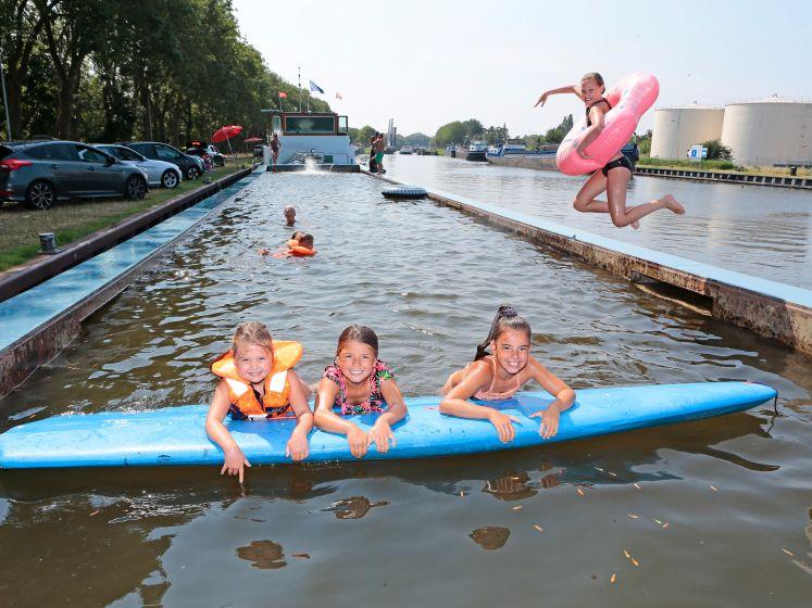 Binnenvaartschip doet dienst als zwembad voor wijkbewoners
