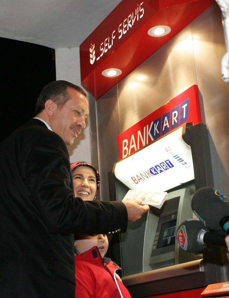 Erdogan met het nieuwe lira-biljet in 2005 Beeld afp