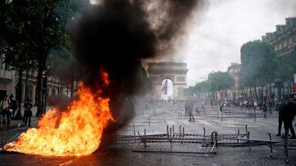 Eerst rollen Franse militairen de spierballen, daarna betogers