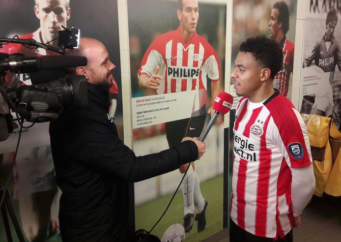 Donyell Malen wordt geïnterviewd na Jong PSV-Telstar (6-0), waar hij zijn eerste goals in het Nederlands betaald voetbal maakte. Het duel werd gespeeld op 24 november 2017.