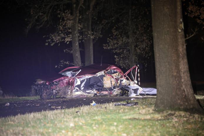 De auto raakte totaal vernield bij de botsing, de bestuurder kwam om het leven.