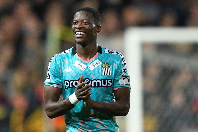 Núrio in het shirt van Charleroi.