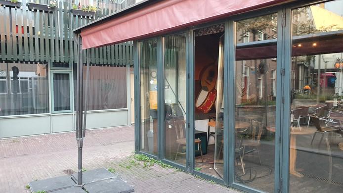 Van het een café aan de Heerenstraat in Wageningen is een glas uit de schuifpui geduwd.