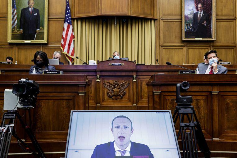 Mark Zuckerberg aan het woord via een videoverbinding. Beeld AP