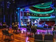 LIVE | Eerste theater voorstellingen met publiek op podium,  burgemeester Apeldoorn positief over eerste terrasdag