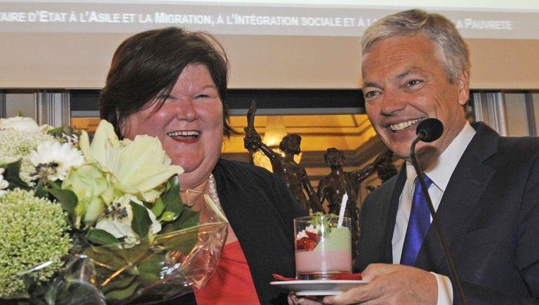 Didier Reynders geeft bloemen aan Open-VLD-collega Maggie De Block op haar verjaardag op 28 april