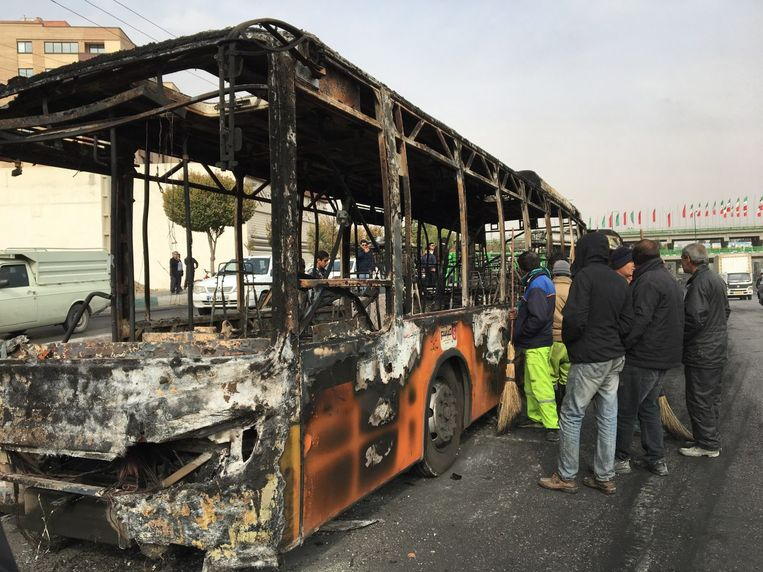 Een bus die bij protesten in de Iraanse stad Isfahan zou zijn uitgebrand.  Beeld EPA