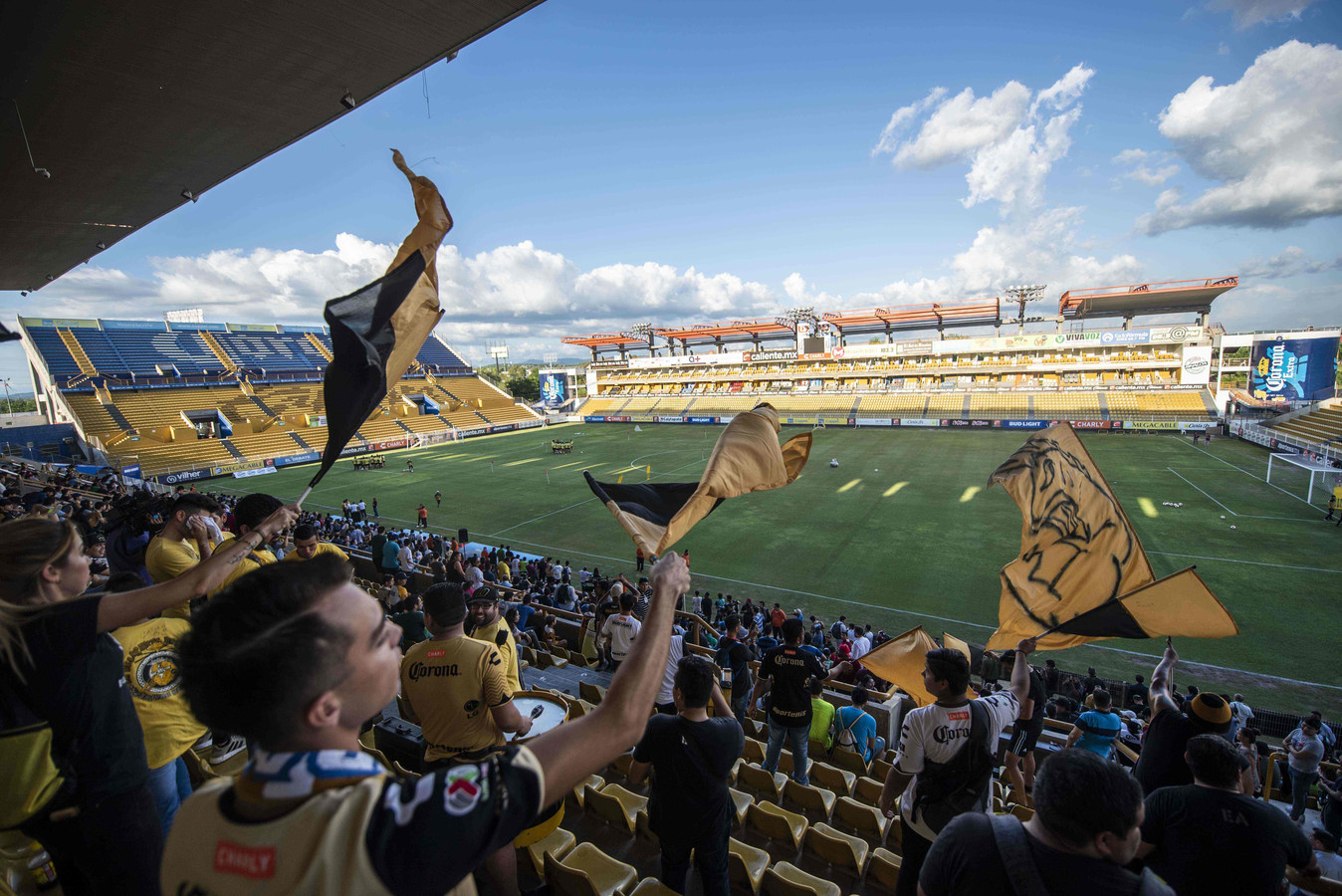 Fans in  het Banorte-stadion in Culiacan voor de eerste training van Diego Maradona.