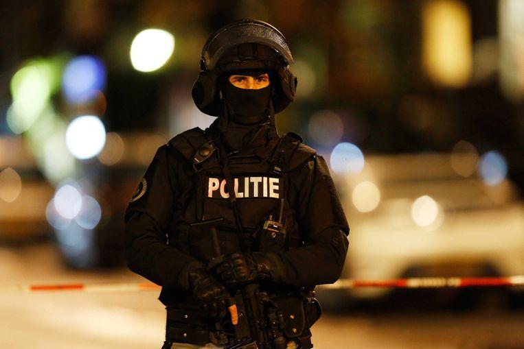 Politieagent in Rotterdam na signalering van een verdachte auto Beeld epa