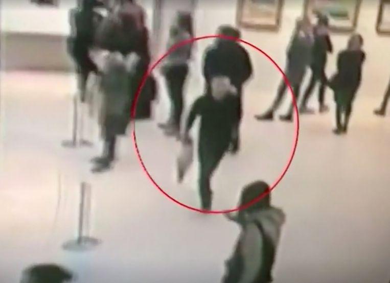 Een screenshot van videobeelden van een bewakingscamera toont de vermoedelijke dader.