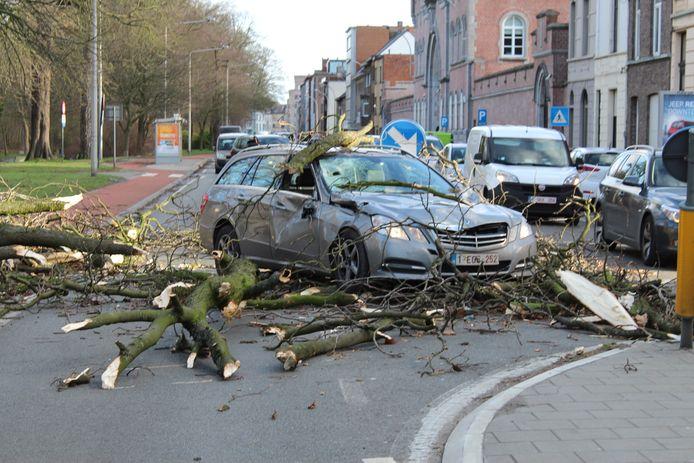 """In de Mercedes zaten twee passagiers, die ongedeerd bleven. """"We hebben geluk gehad."""""""