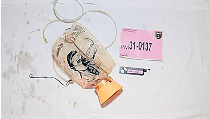 Het bij een passagier van MH17 gevonden zuurstofmasker.