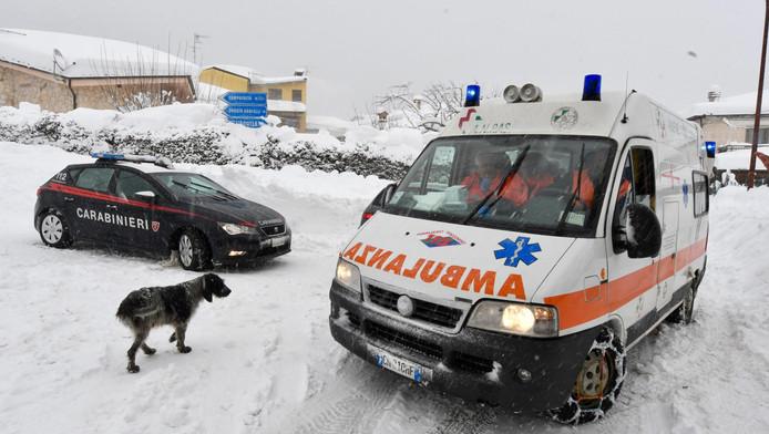 Een ambulance in Campotosto, het met sneeuw bedekte dorp ligt in Ambruzzo, het epicentrum van een van de bevingen