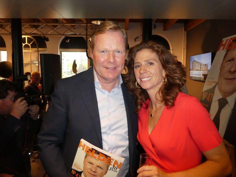 Journalist Barbara Barend (Helden) met bondscoach Ronald Koeman, die samen met Lieke Martens op de dubbele cover staat. Martens is er niet, ze heeft een trainingskamp. Zij wel. Beeld Hans van der Beek