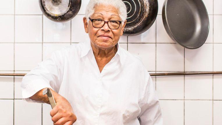 Mavis Hofwijk in de keuken van het Surinaams Buffet aan het Bullewijkpad. Beeld Eva Plevier