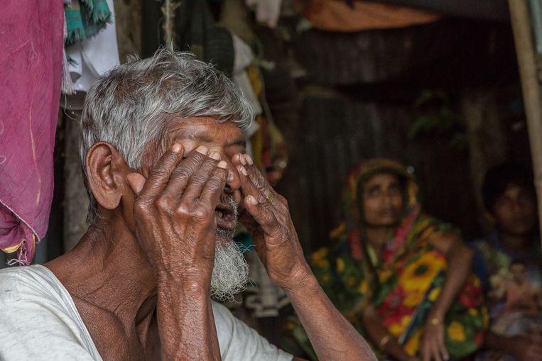 De 70-jarige Sayed Ahmed Rari raakt geëmotioneerd als hij over zijn leven op Bhola vertelt. Beeld Reza Shahriar Rahman