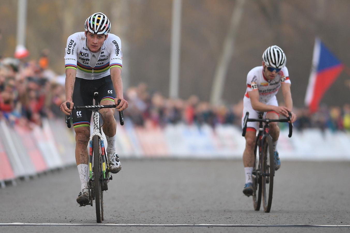 Mathieu van der Poel blijft Eli Iserbyt nipt voor.